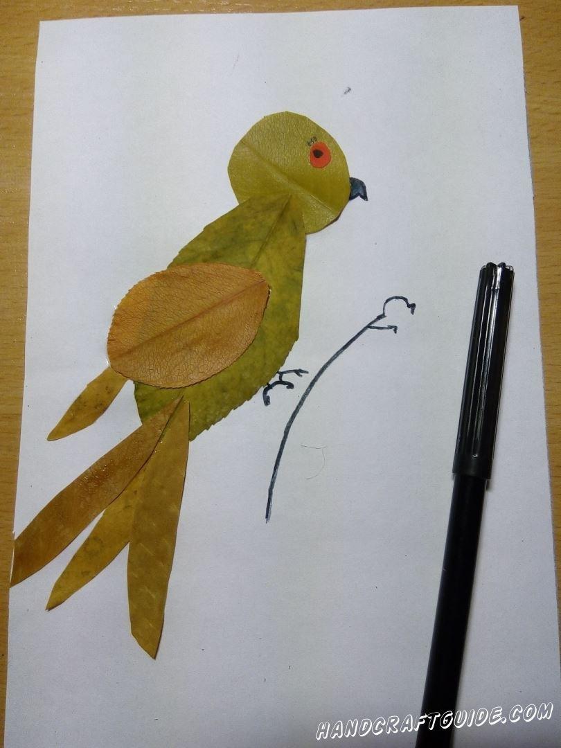 птичка на веточке из осенних листьев