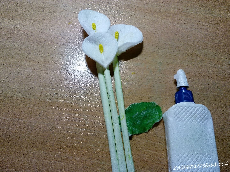 Склеиваем цветочки в букетик и добавляем листочек.