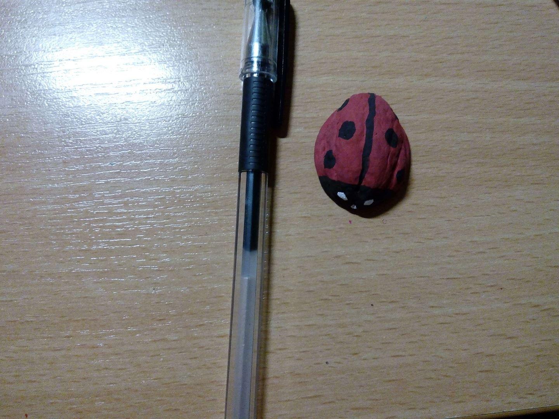 Фломастером или ручкой рисуем зрачки в глазиках