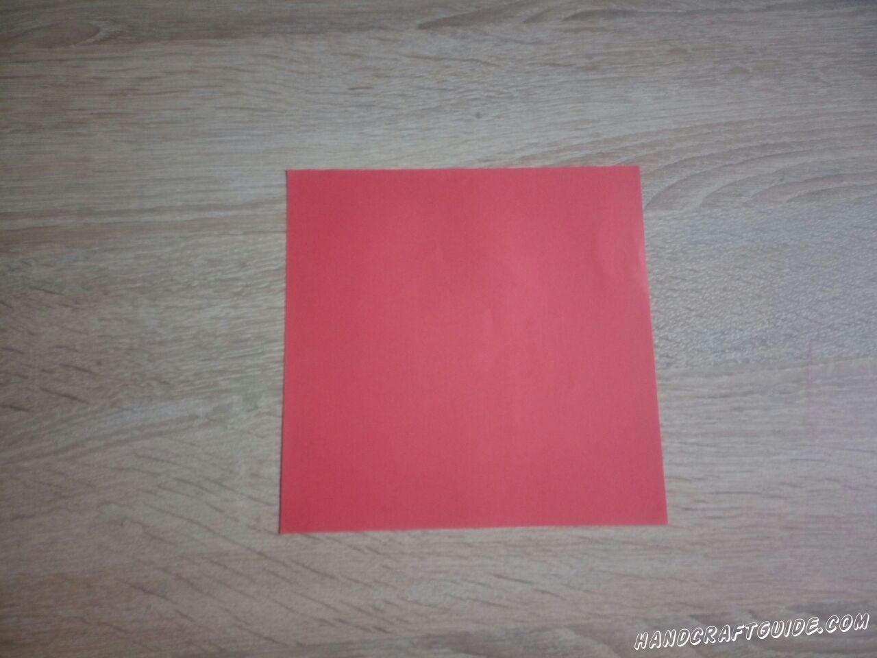 Вырезаем ровный квадрат цвета, которым будет ваш кубик