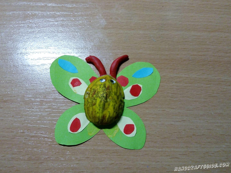 Эту замечательную бабочку из скорлупы ореха и цветной бумаги мы сделаем прямо сейчас.
