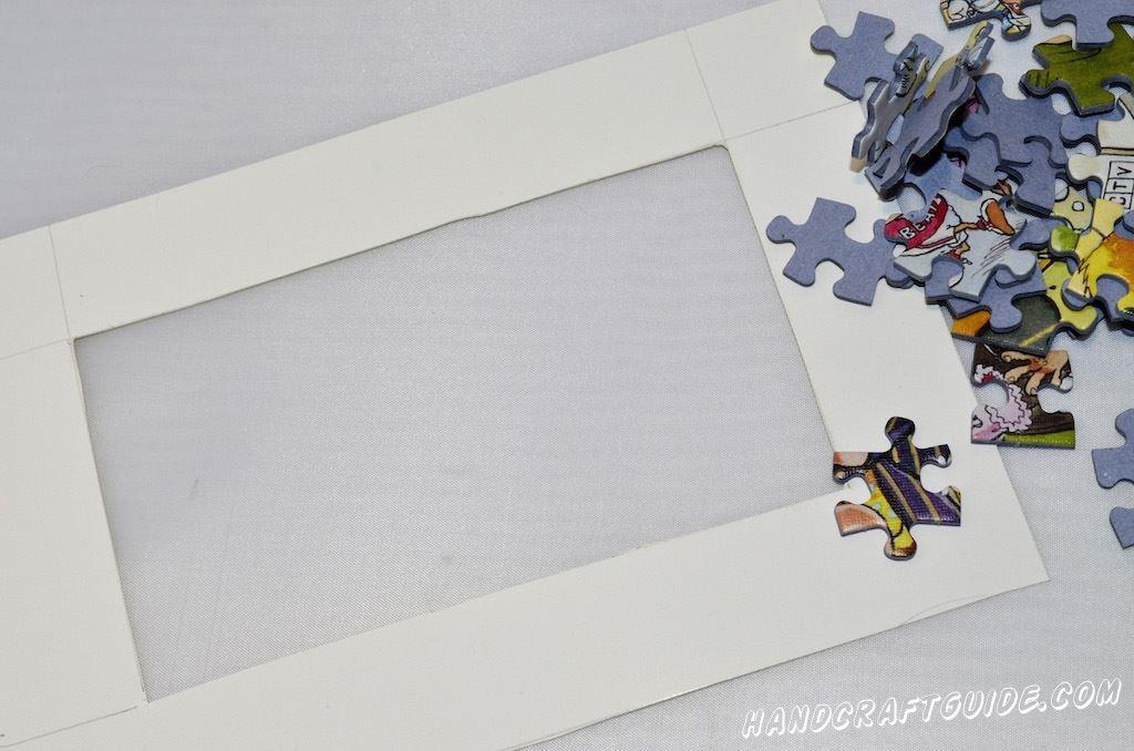 В первую очередь, нужно уточнить размер нашей рамки. Если вы уже определились с фотографией, то просто измерьте её (почти все фотографии идут стандартных размеров) и начните вырезать из картона прямоугольник на 1см больше, чтобы фото можно было приклеить на обратную сторону рамки.