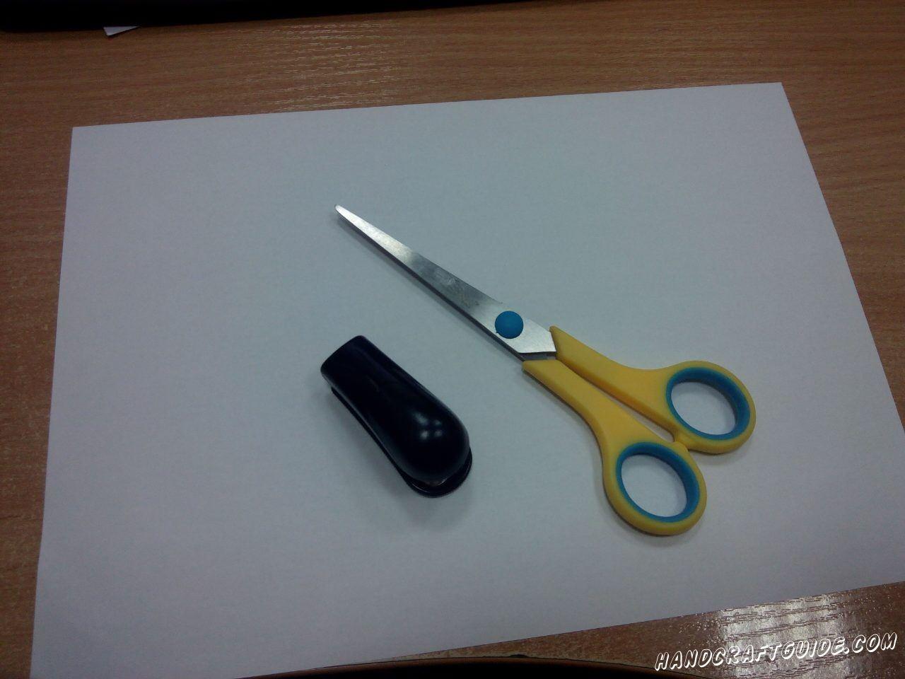 Для выполнения данной поделки нам понадобится: Белая бумага Ножницы Степлер