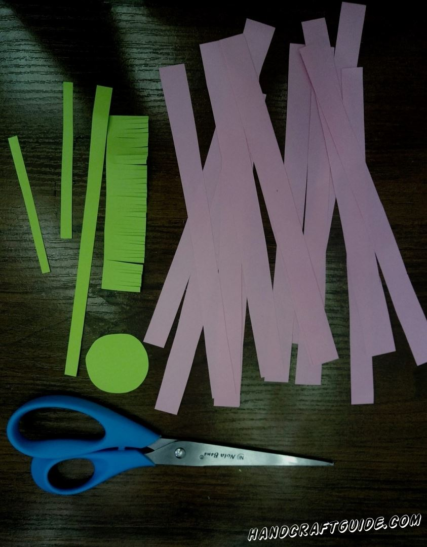 Cut a lot of pink and green stripes as in the photo. One more circle