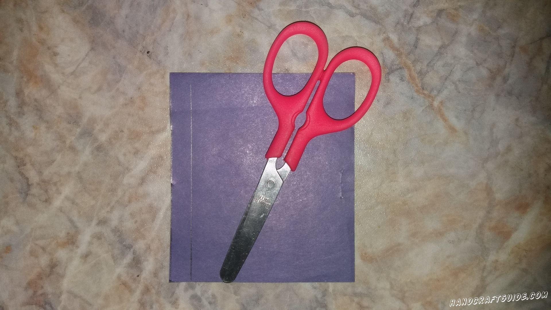 Для начала, нам нужно вырезать полоску фиолетовой бумаги, желтую звездочку и семь зелёных полосок разной длинны.