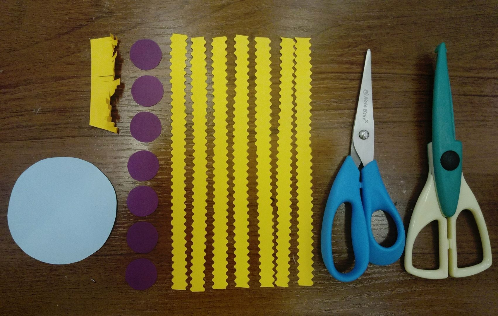From the colored paper we cut out all the necessary parts, as in the photo.