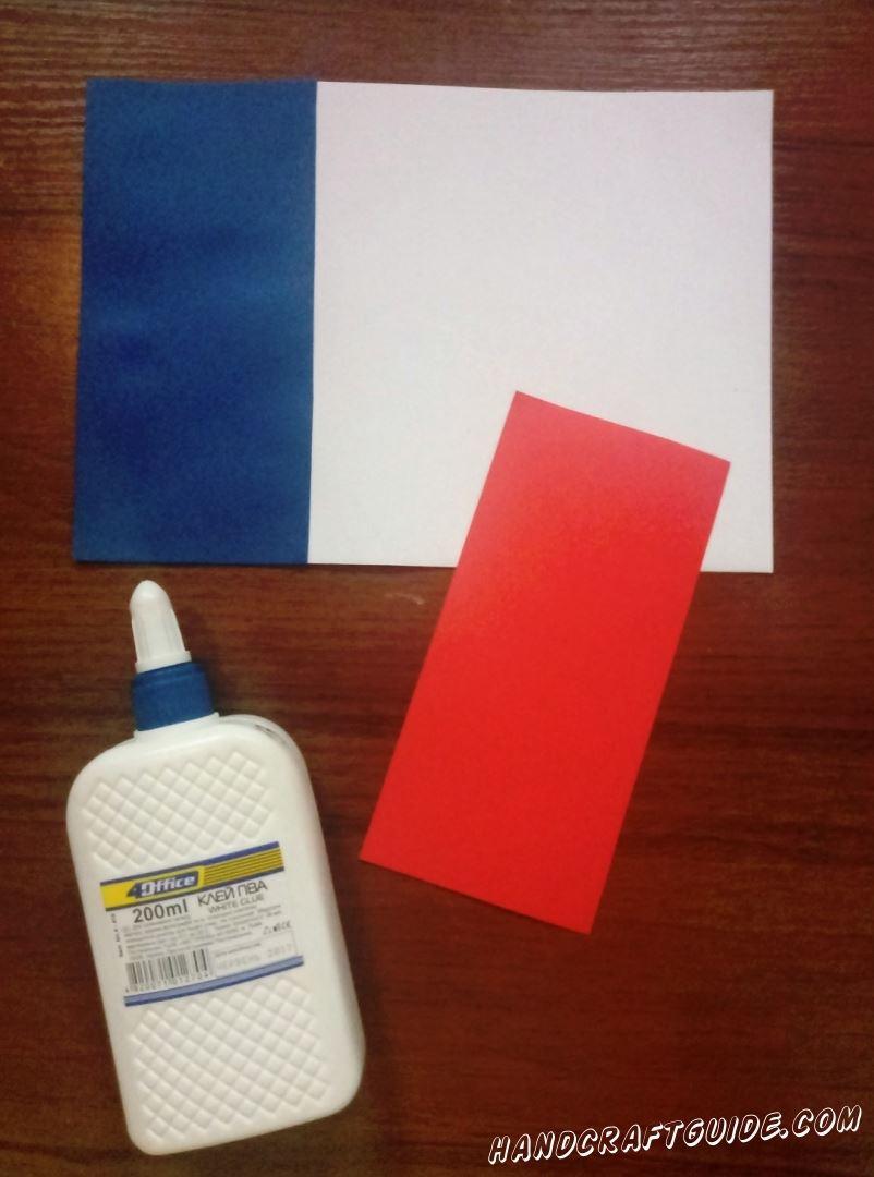 Перед собой кладём белый лист бумаги. На него , с левой стороны , приклеиваем наш синий прямоугольник.
