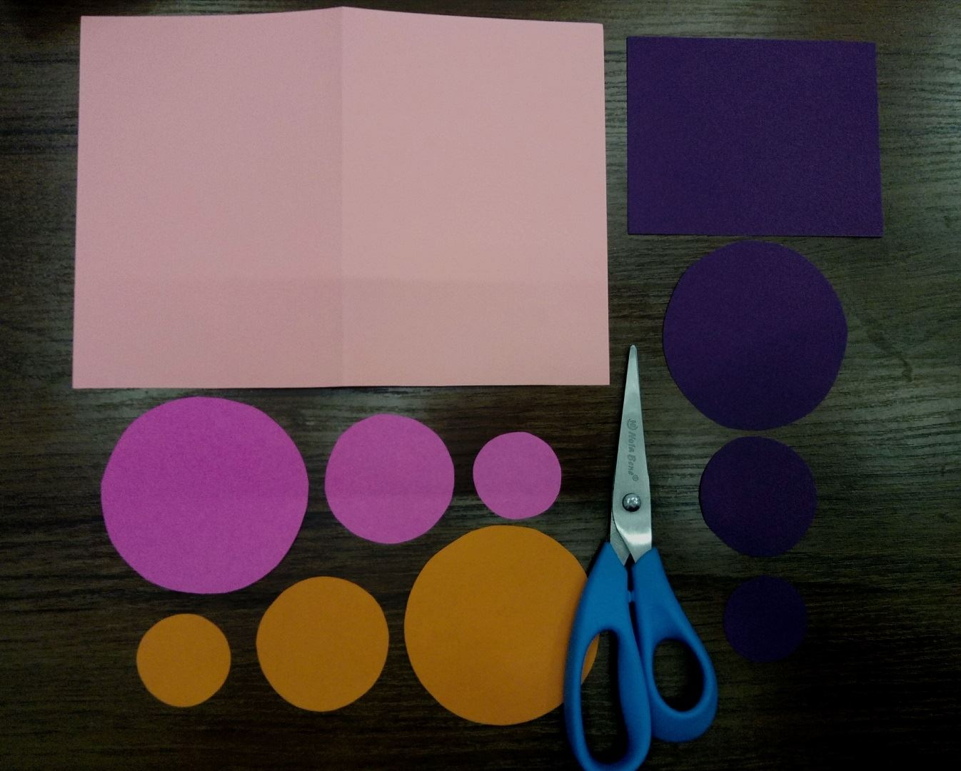 Cut out 3 circles: 1 large, 1 medium and 1 small from pink, lilac and orange paper. Also cut out a purple rectangle. It's very simple :)