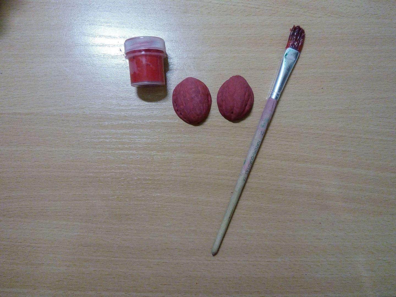 Разрисуем скорлупу ореха в красный цвет и ждем пока они высохнут