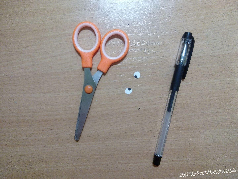 Для начала, берем белый листочек бумаги. Вырезаем несколько (по 1 на каждую рыбку) маленьких кружочков и рисуем на них глазки