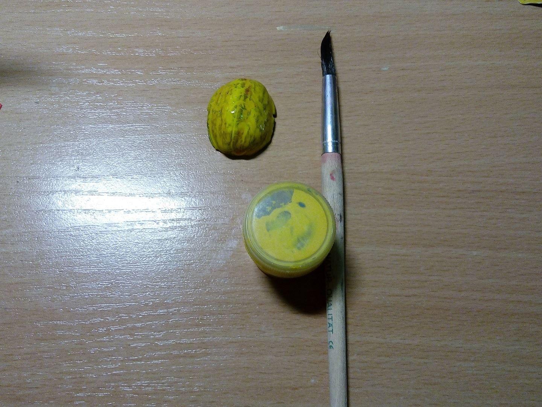 Желтой гуашью закрашиваем скорлупу грецкого ореха