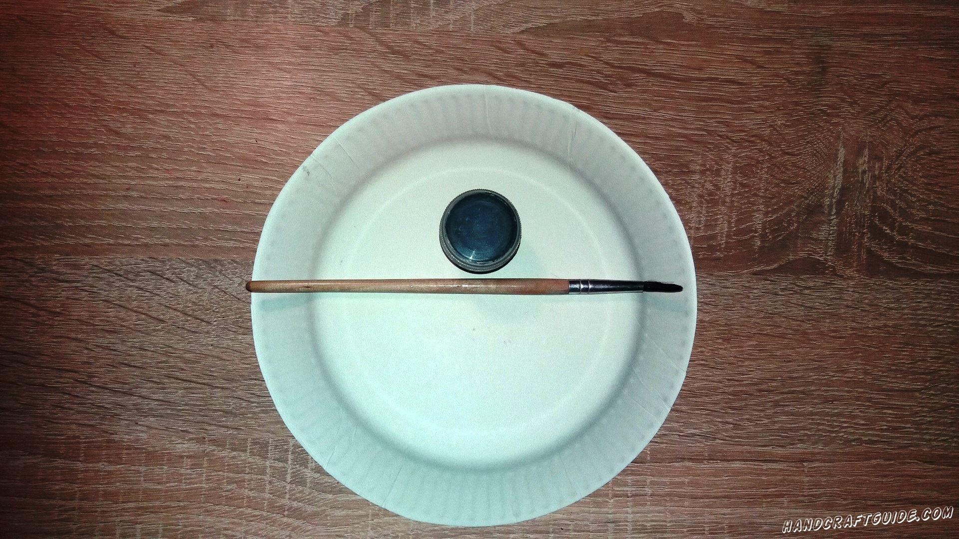 На белой тарелочке мы рисуем 2 пятнышка черного цвета, они должны находиться рядышком. Это пятнышки под глазками панды