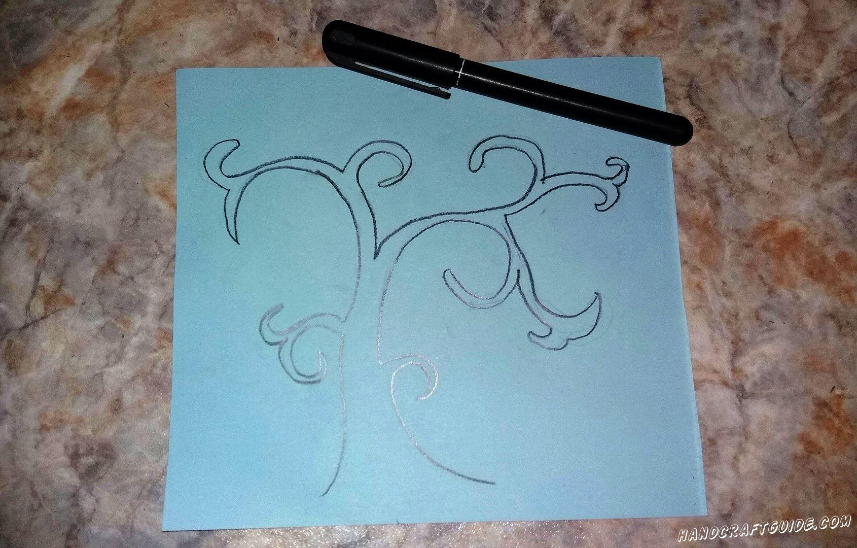 На голубом листе бумаги мы рисуем красивую основу дерева