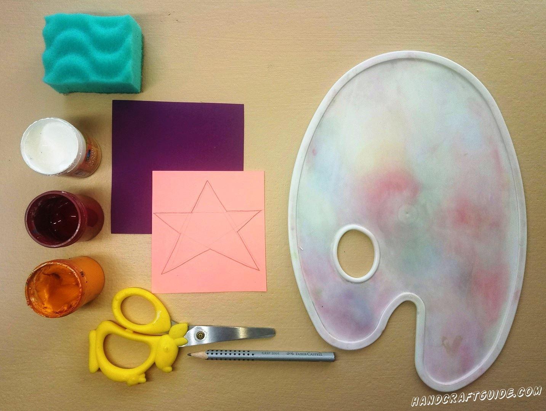 На небольшом квадратном розовом листике бумаги мы нарисуем звёздочку