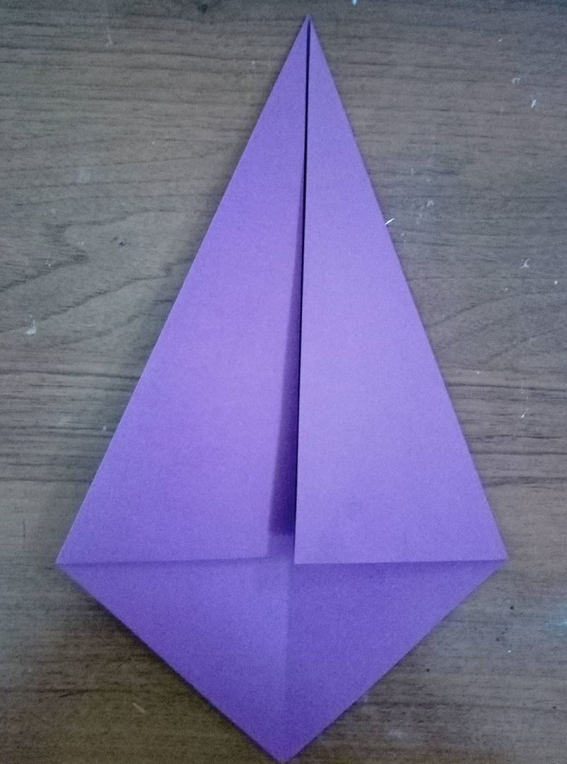 From a square piece of purple paper, add a triangle, as in the photo.