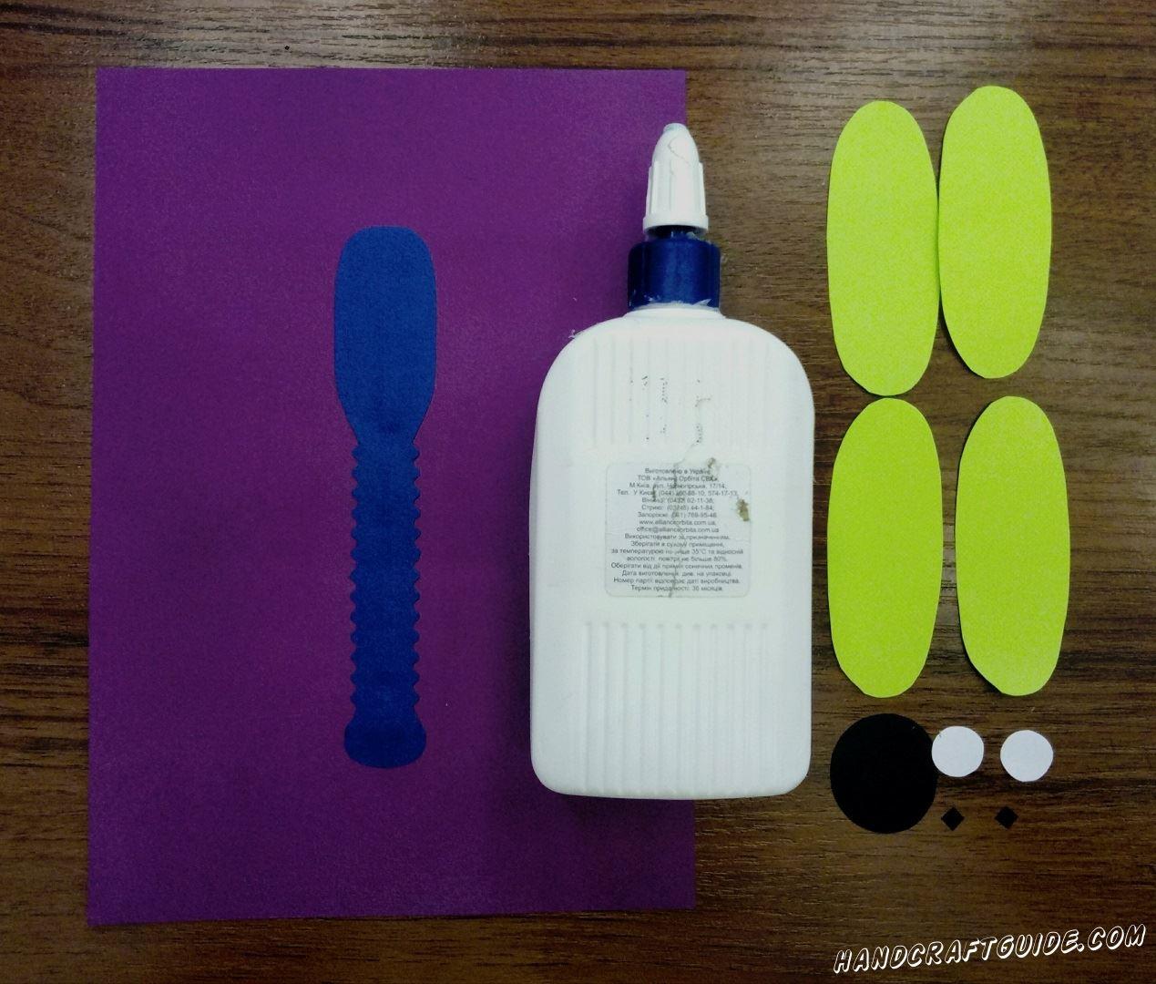 Приклеиваем синюю рифленую полоску на фиолетовый фон