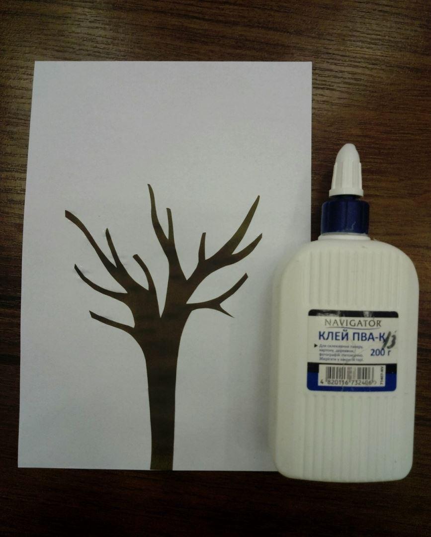 Приклеиваем дерево на белый лист бумаги