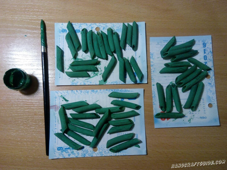 Теперь берем наши макароны и раскрашиваем их в зеленый цвет