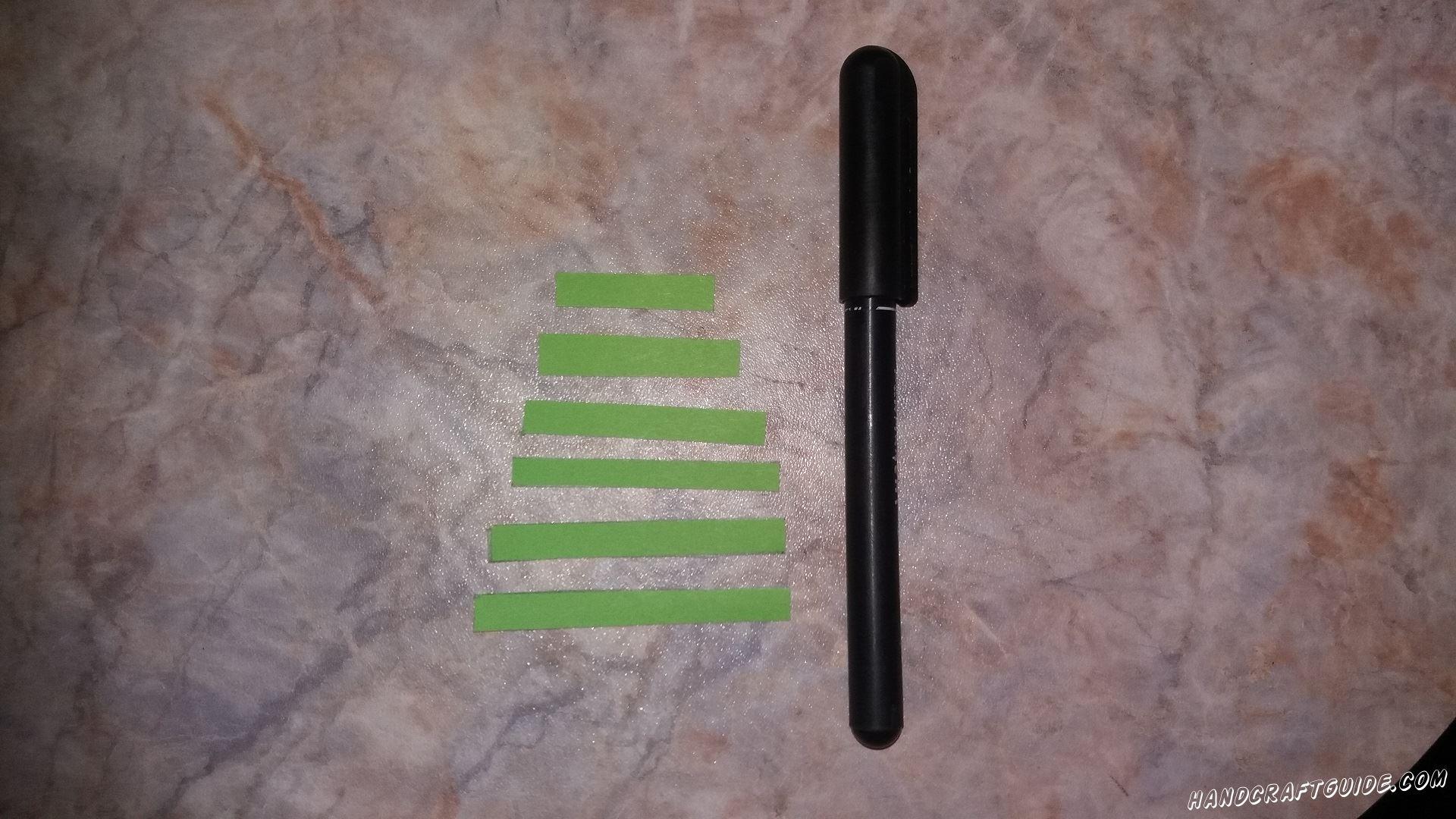 Затем берём фломастер и рисуем множество точек на всех зелёных полосках