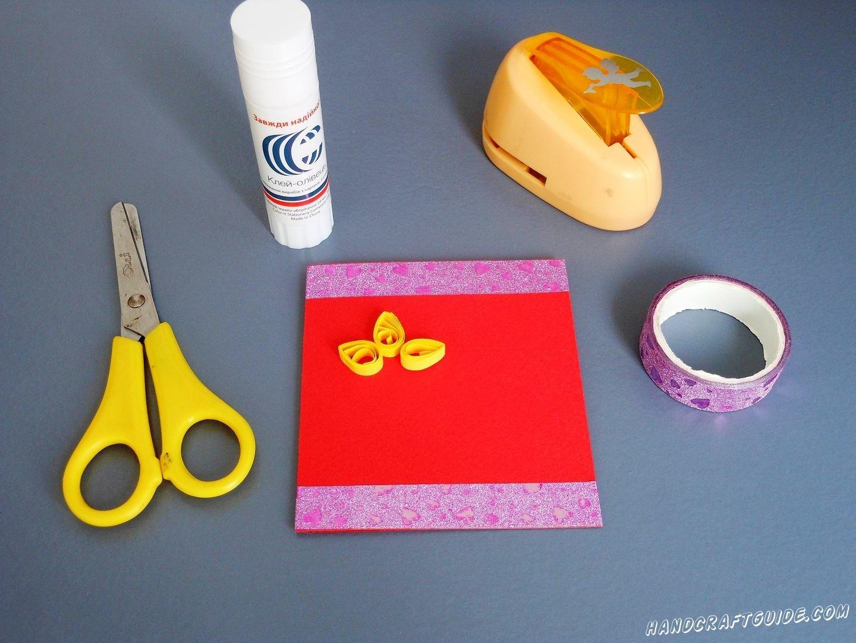 Теперь возьмём бумагу для кваиллинга и начинаем скручивать лепестки для цветочков. Начнем с желтого цвета.
