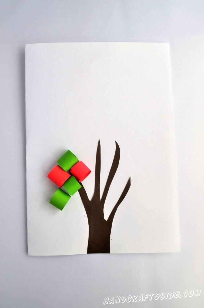 Обклеиваем нашими листиками всё дерево