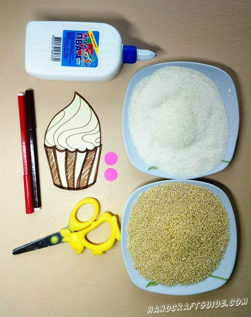 Вырезаем наше пирожнко, с помощью ножниц