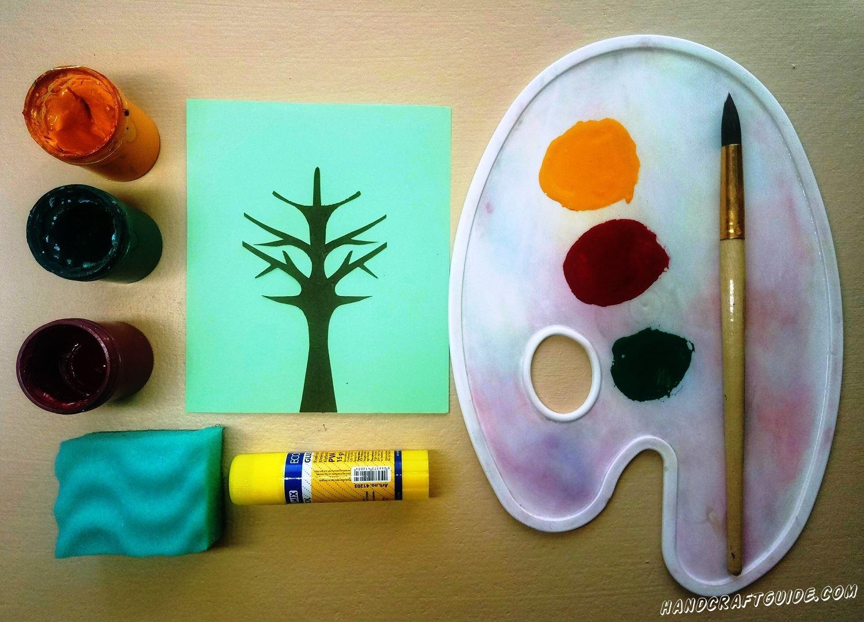 Выбираем губку с волнистой мягкой поверхностью и закрашиваем по небольшому кусочку этой губки каждым цветом. Теперь наносим желтую краску на дерево, слегка прислоняя волны на губке