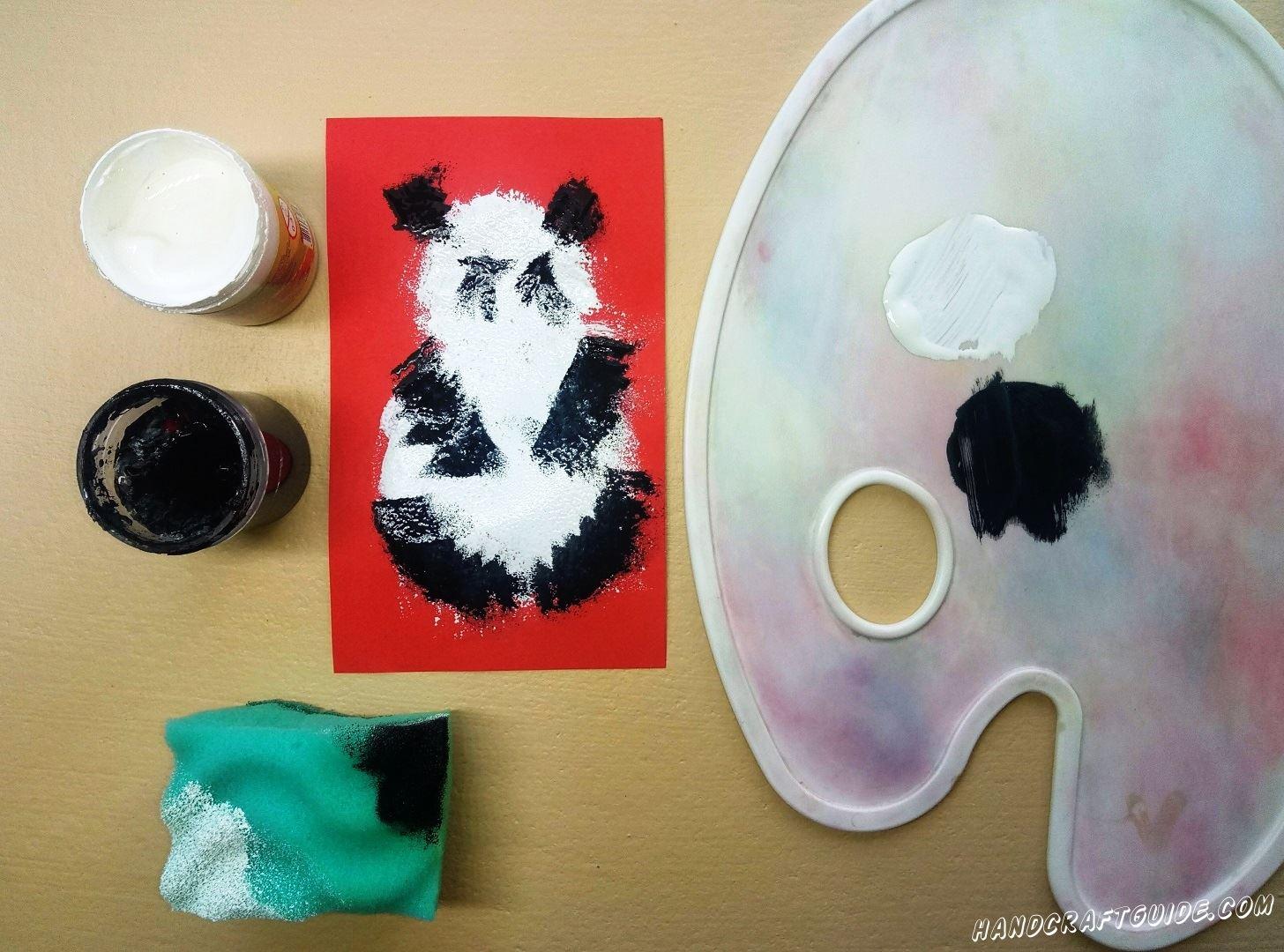 Другой уголок губки мы намажем черной краской и дорисовываем лапки, глазки и ушки
