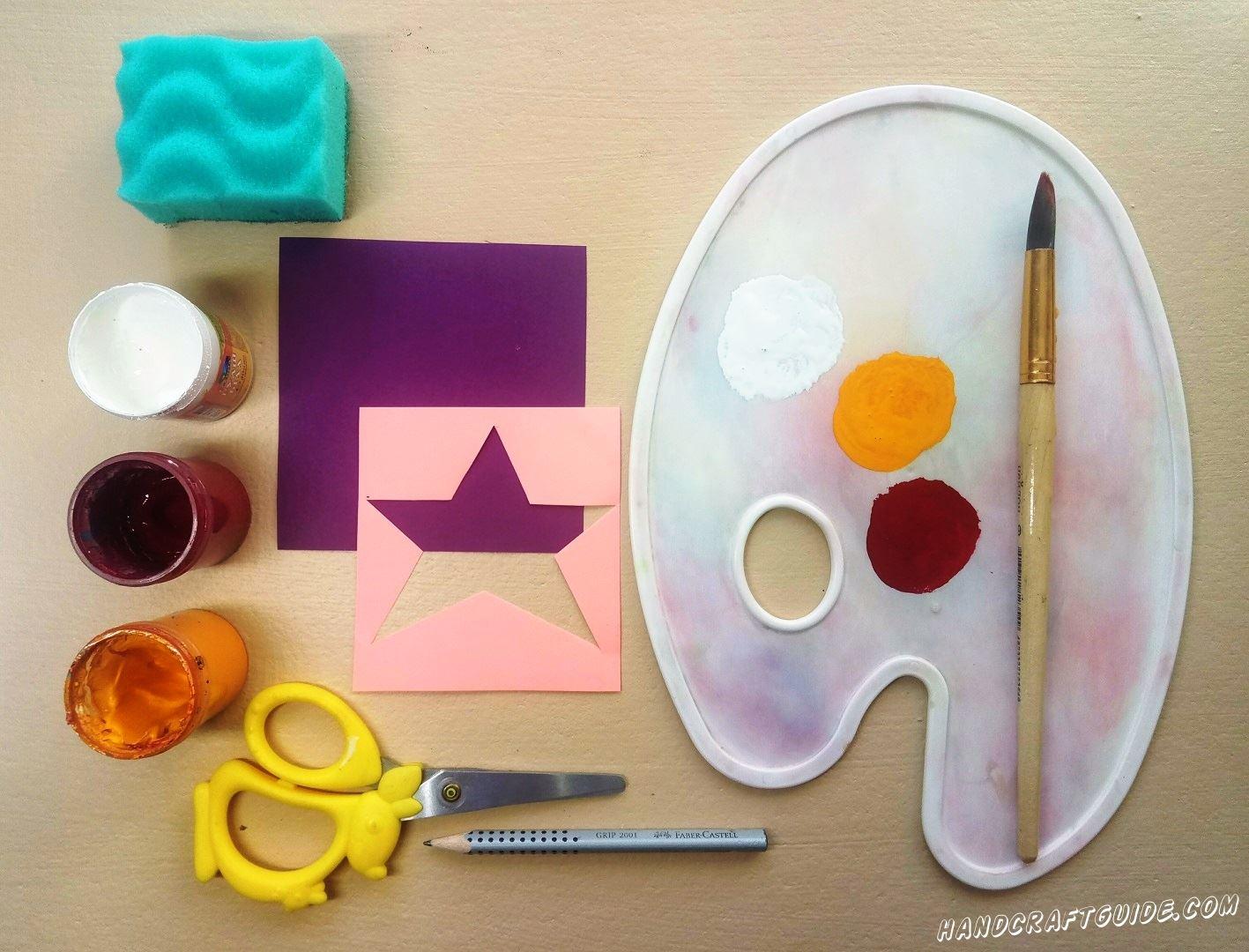 Намазываем один угол мягкой губки белой краской и прикладываем трафарет на фиолетовый листик бумаги