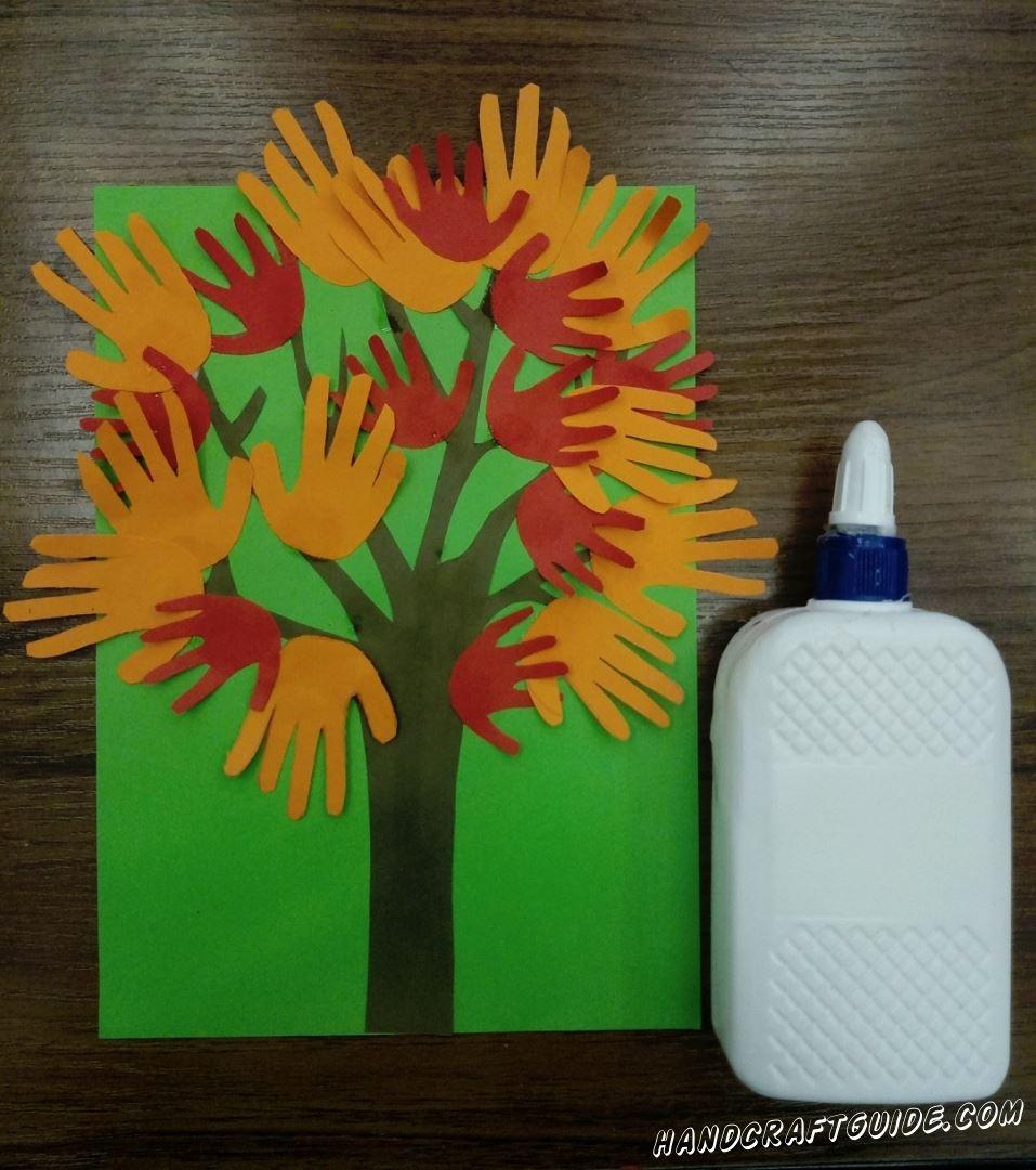 аппликация дерева из детских ладошек
