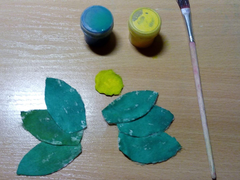 Переходим к рисованию, точнее закрашиванию. Закрашиваем маленький кружок желтым цветом, а детали в форме листиков - зелёным.