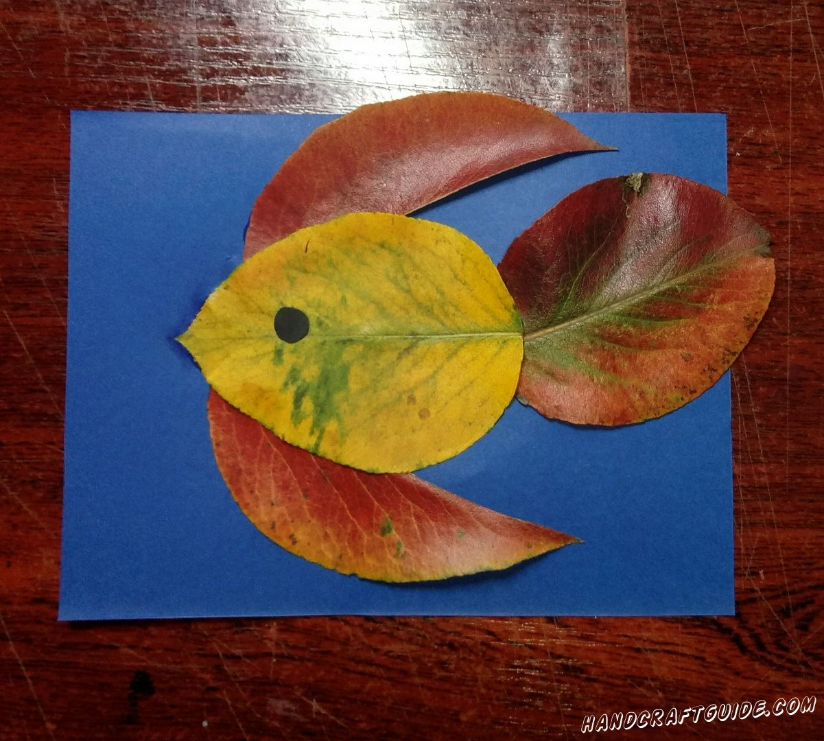 Простая аппликация для детей рыбка из листьев