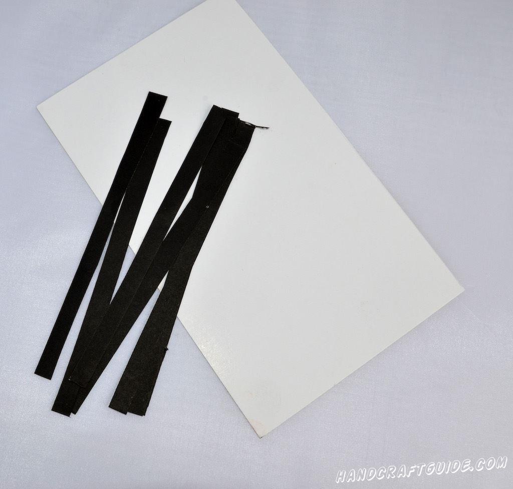 старые, ненужные пазлы картон цветная бумага (в нашем случае черная) клей краска (по желанию)