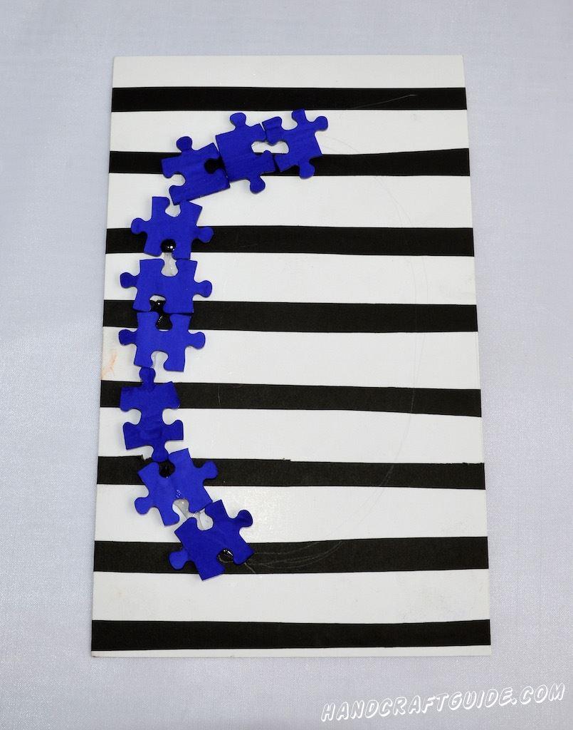 Когда площадка для буквы готова, начинаем создавать желаемую букву, приклеивая каждый пазл по-отдельности.