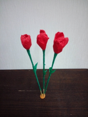 тюльпаны из цветной гофрированной бумаги