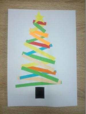 Наступают новогодние праздники, а значит нужно готовить много подарков родным и близким. Давайте вместе сделаем картинку с наряжённой новогодней ёлочкой из цветной бумаги