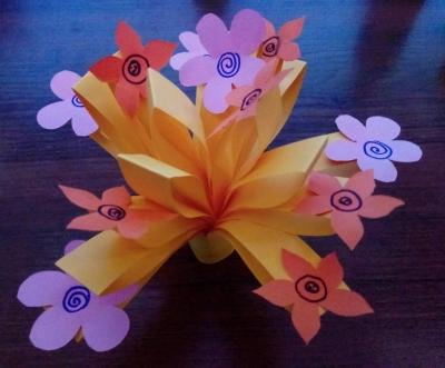 Давайте вместе сделаем замечательный цветок из цветной бумаги, который точно украсит вашу комнату!