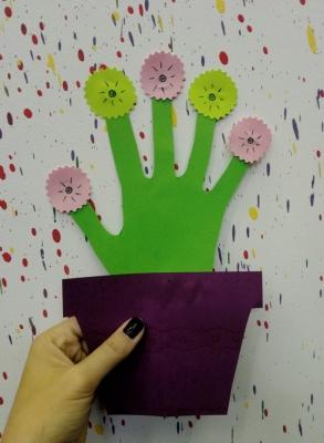 С таким цветочком в горшочке из цветной бумаги вас будут рады видеть на любом празднике!
