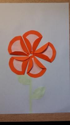 Замечательный и очень красивый цветочек из цветной бумаги сделаем мы прямо сейчас. Так что усаживаемся поудобнее и берем всё необходимое.