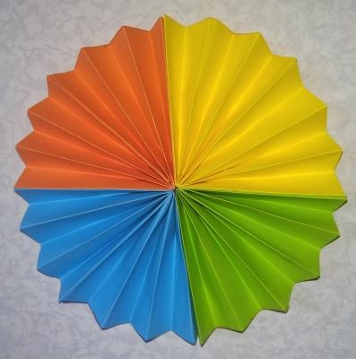 Этот декоративный цветочек из цветной бумаги, станет незаменимым для вашего интерьера.