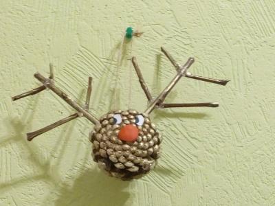 новогодняя игрушка из шишки на ёлку