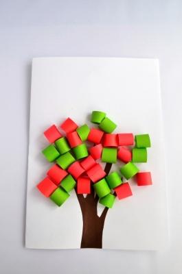Объёмная аппликация с деревом станет отличным украшением вашей комнаты в любое время года.