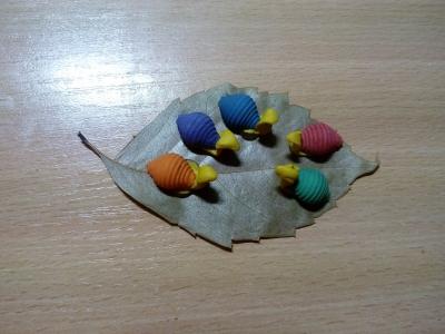 поделка на осеннюю тему из пластилина и листочков