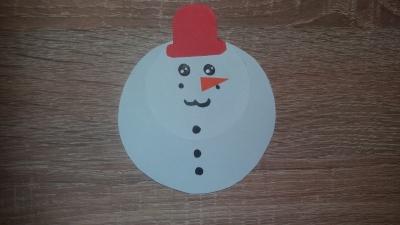 Снеговик из бумаги, а не из снега, зато он не растает стоя прямо в вашей комнате.