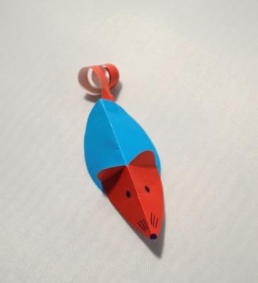 Сделайте красивую игрушку из цветной бумаги своему котику, он точно будет рад такому подарку