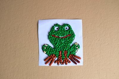 цветная картина лягушки из пластилина