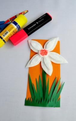 Давайте вместе вырастим такой красивый цветочек из подручных материалов.