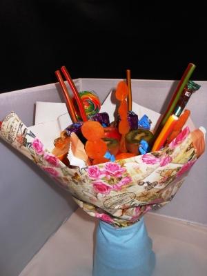 Просто невероятно крутой подарок мы можем сделать своими руками – это букет из фруктов и сладостей.