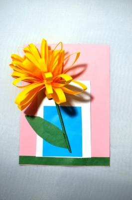 Хотите узнать, как сделать этот красивый цветок из цветной бумаги? Тогда скорее присоединяйтесь к нам.