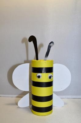 Пчёлка из цветной бумаги залетела прямо к нам в поисках мёда.